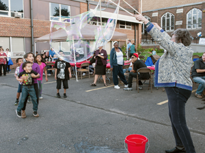 Photo of Anne White entertaining kids at Celebrate Snelling event.